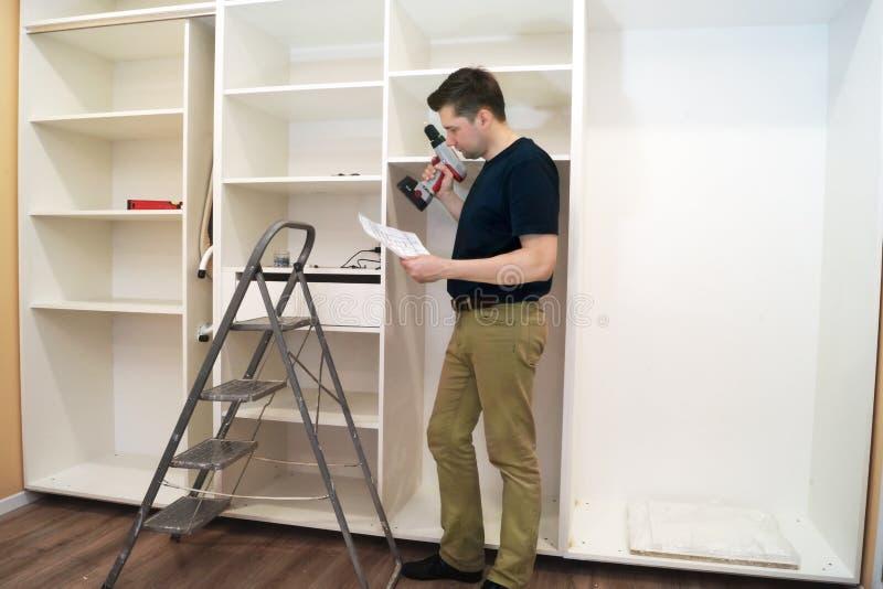 Esquema da leitura do carpinteiro da instalação do armário fotos de stock