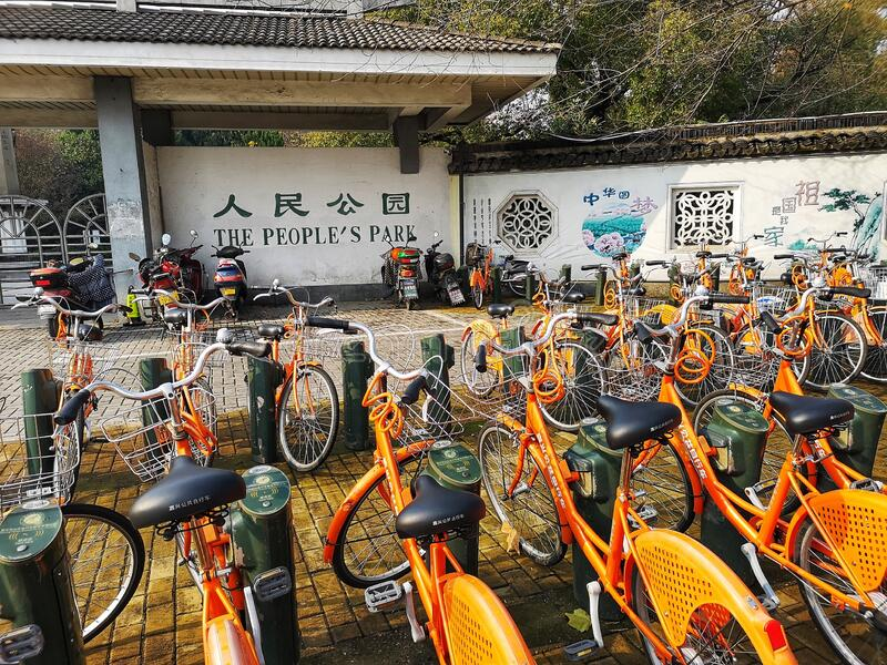 Esquema de acciones para bicicletas visto frente a un parque público en China fotos de archivo libres de regalías