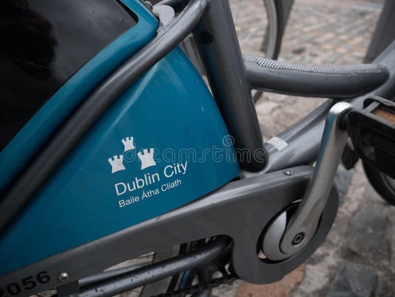 Esquema de Dublin Bikes - detalhe ascendente próximo na bicicleta disponível para o arrendamento público na Irlanda foto de stock royalty free