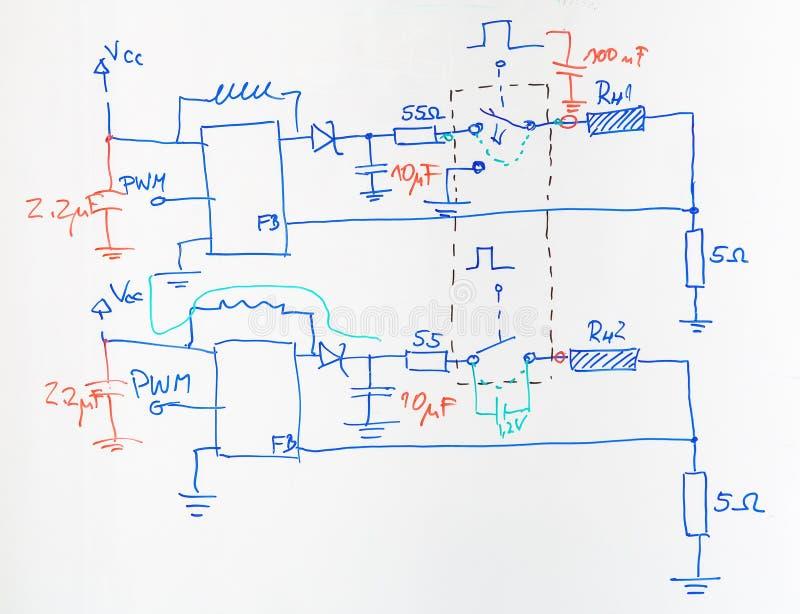 Esquema eléctrico dibujado con la pluma azul y roja foto de archivo libre de regalías