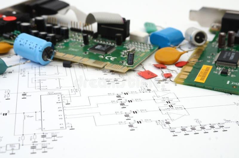 Esquema y placas de circuito electrónicos imagen de archivo