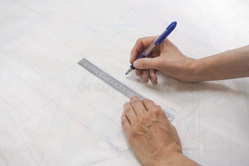 Esquemas del dibujo en el papel de trazo Negocio del ` s del sastre imagen de archivo libre de regalías