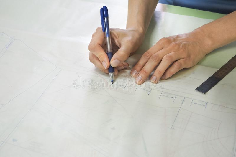 Esquemas del dibujo en el papel de trazo Negocio del ` s del sastre fotos de archivo