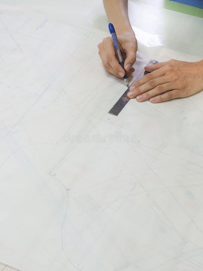 Esquemas del dibujo en el papel de trazo Negocio del ` s del sastre fotografía de archivo libre de regalías