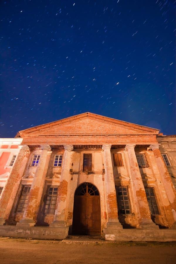 Esquerda do palácio da contagem Potocki em Tulchyn, região de Vinnytsia, Ucrânia, em uma noite morna da mola contra o céu escuro  imagens de stock