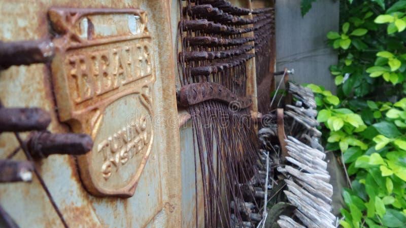 Esquerda oxidada velha à característica do jardim do piano da podridão imagens de stock