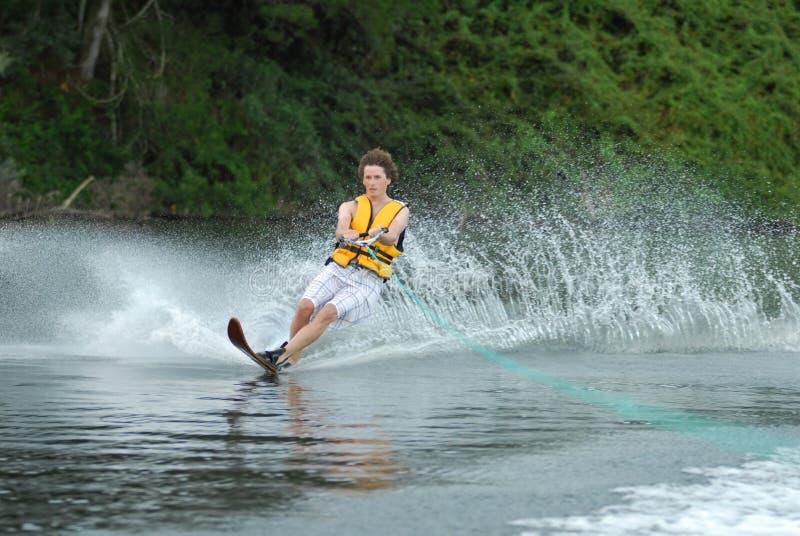 Esqui aquático do homem no lago foto de stock