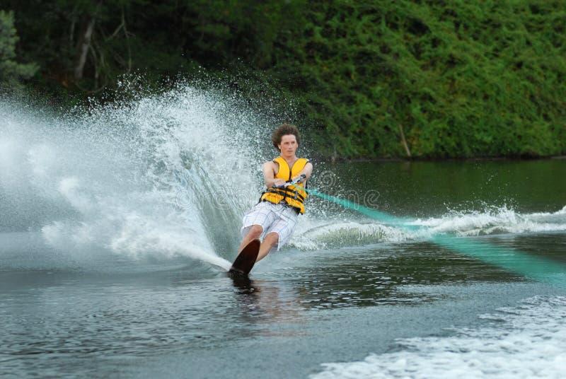 Esqui aquático do homem no lago fotografia de stock royalty free