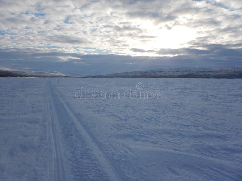 Esqui através dos campos na natureza bonita do norte de lapland fotos de stock royalty free