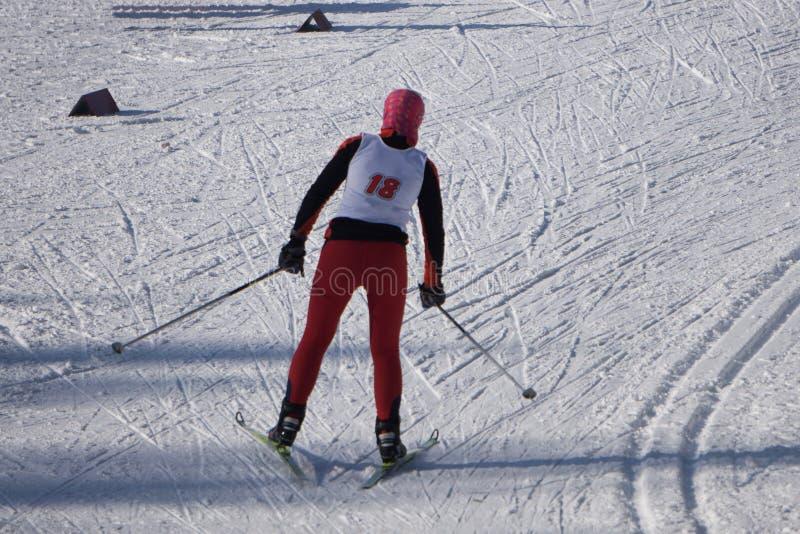 Esqui da criança nas montanhas Criança ativa da criança com capacete, óculos de proteção e polos de segurança Raça de esqui para  foto de stock royalty free