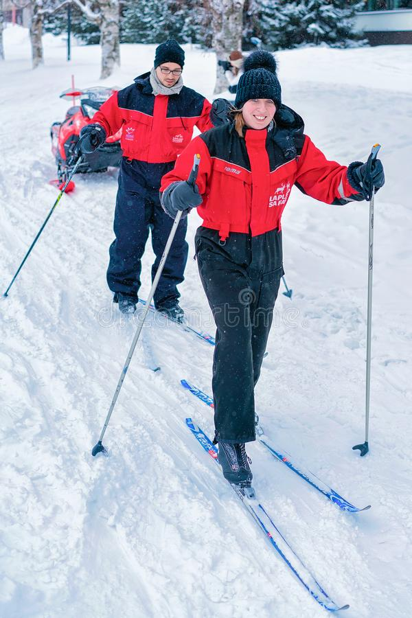 Esqui da família no inverno Rovaniemi Lapland fotografia de stock