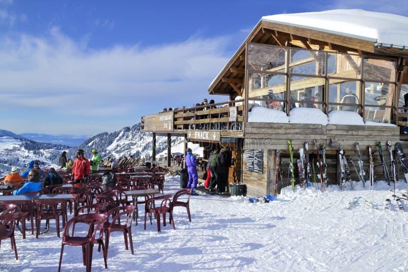 Esqui de Apres em uma barra do chalé da montanha imagem de stock