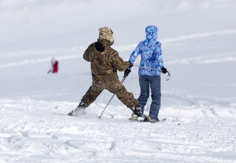 Esqui de dois esquiadores na neve no inverno imagem de stock