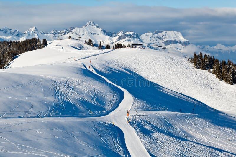 Esqui e snowboarding em alpes franceses imagem de stock
