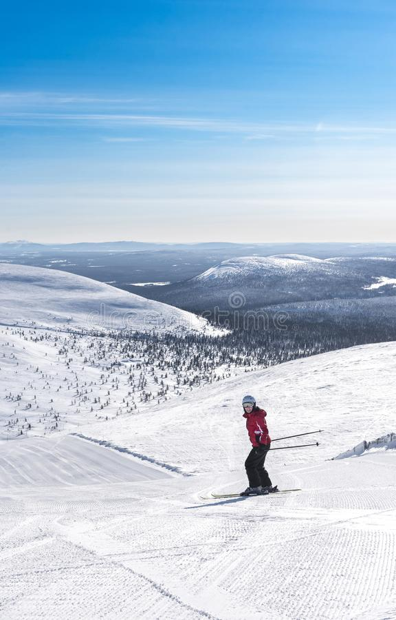 Esqui em declive da mulher em Lapland Finlandia fotos de stock royalty free