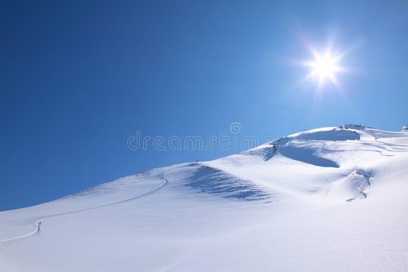 Esqui em um dia ensolarado do perfekt foto de stock