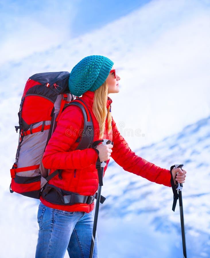 Esqui palying da menina feliz fotos de stock