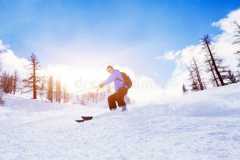 Esqui para baixo em montanhas do inverno foto de stock