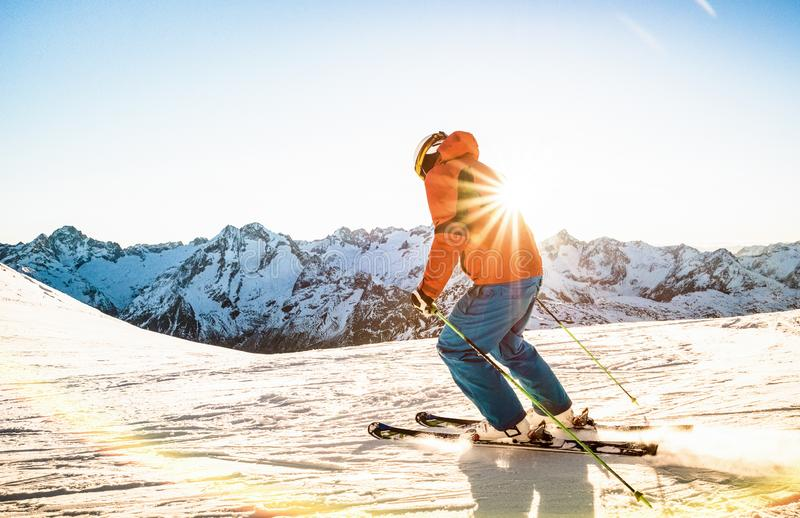 Esqui profissional do atleta do esquiador no por do sol sobre cumes franceses foto de stock