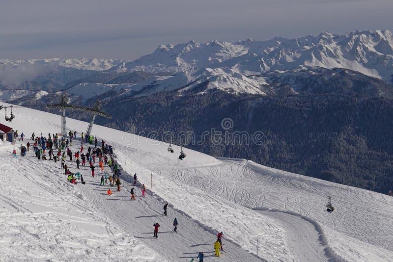 Esqui, snowboarding e esqui em declive no recurso do inverno imagem de stock