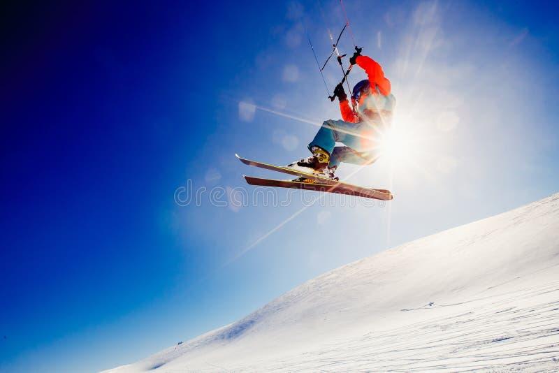 Esquiador con una cometa en nieve fresca imagen de archivo