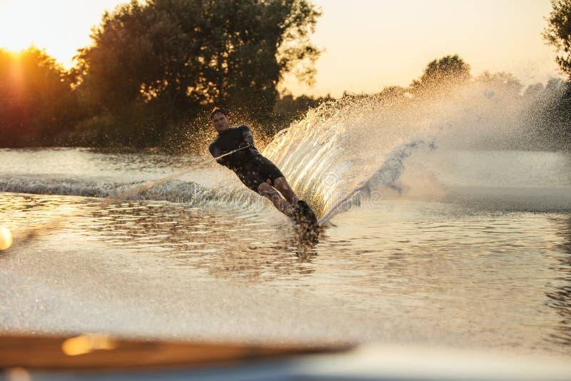 Esquiador da água na ação no lago fotos de stock royalty free