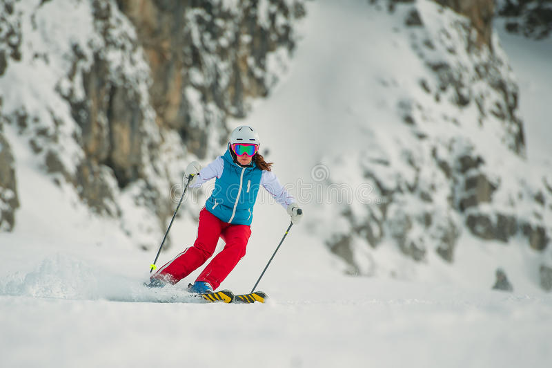 Esquiador da jovem mulher imagem de stock royalty free