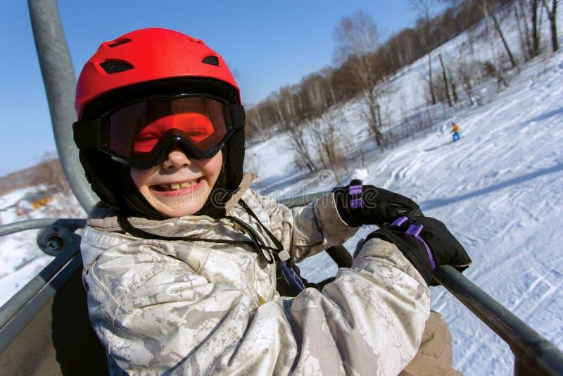 Esquiador da menina em um capacete vermelho e em óculos de proteção fotos de stock royalty free