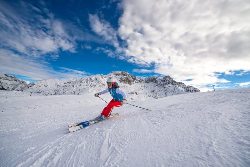 Esquiador da menina na área do esqui imagem de stock