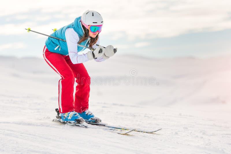 Esquiador da menina na posição em declive imagem de stock royalty free