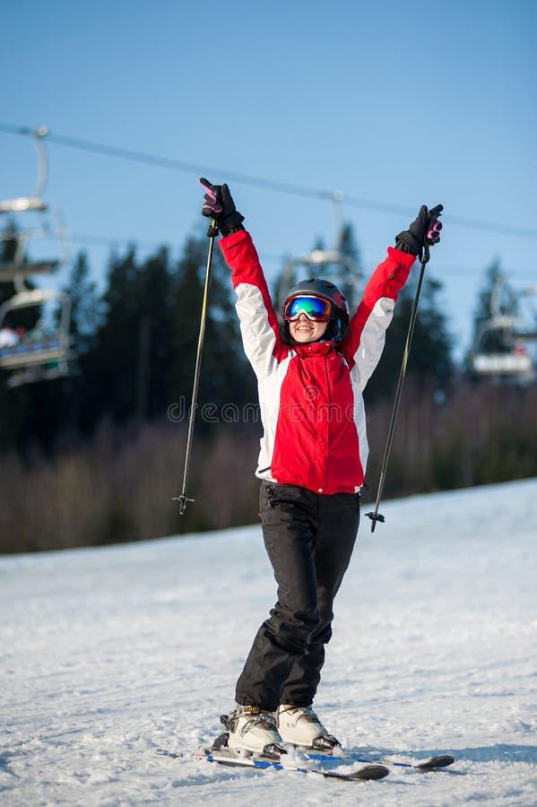 Esquiador da mulher com o esqui no recurso do winer no dia ensolarado fotografia de stock