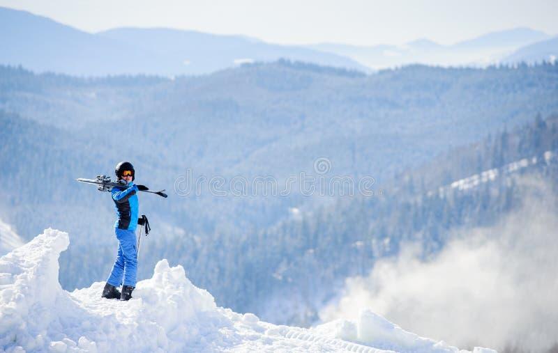 Esquiador da mulher sobre a montanha Conceito dos esportes de inverno fotografia de stock