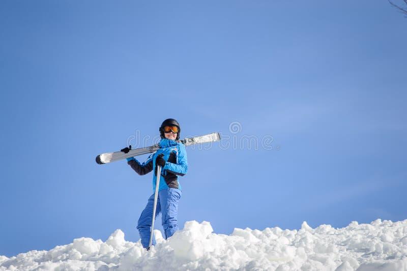 Esquiador da mulher sobre a montanha Conceito dos esportes de inverno fotos de stock royalty free