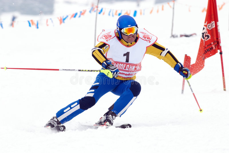 Esquiador de la montaña en la raza fotografía de archivo libre de regalías