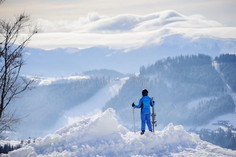 Esquiador de la mujer encima de la montaña Concepto de los deportes de invierno fotografía de archivo libre de regalías