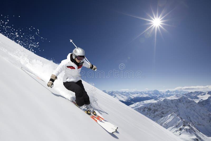 Esquiador de sexo femenino con el sol imagen de archivo libre de regalías