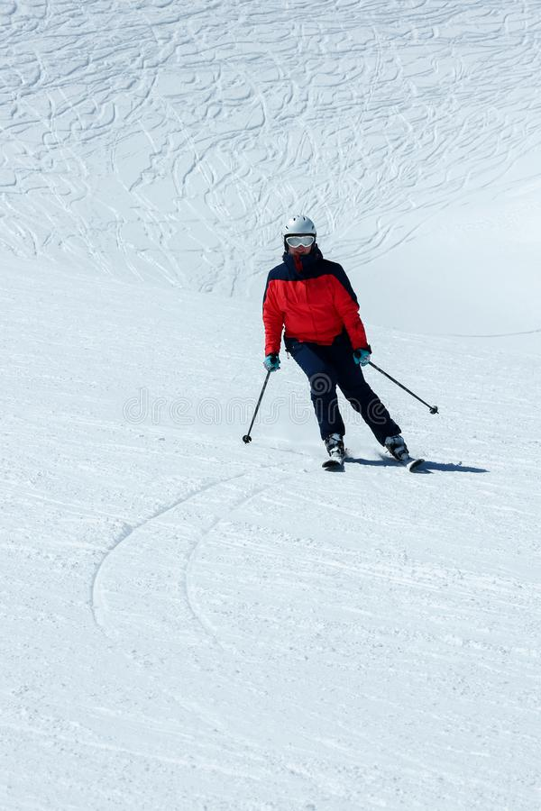 Esquiador de sexo femenino en cuesta en declive Actividad recreativa del deporte de invierno fotografía de archivo libre de regalías