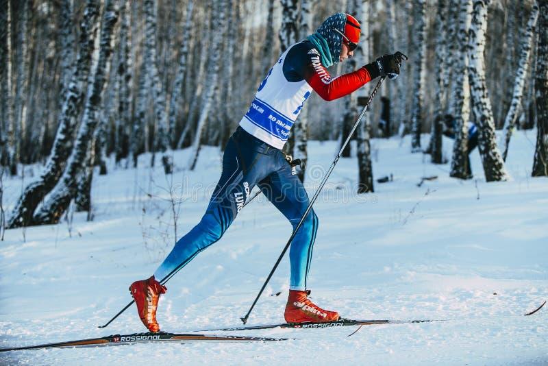 Esquiador de sexo masculino del atleta del primer durante estilo de la obra clásica del bosque de la raza foto de archivo