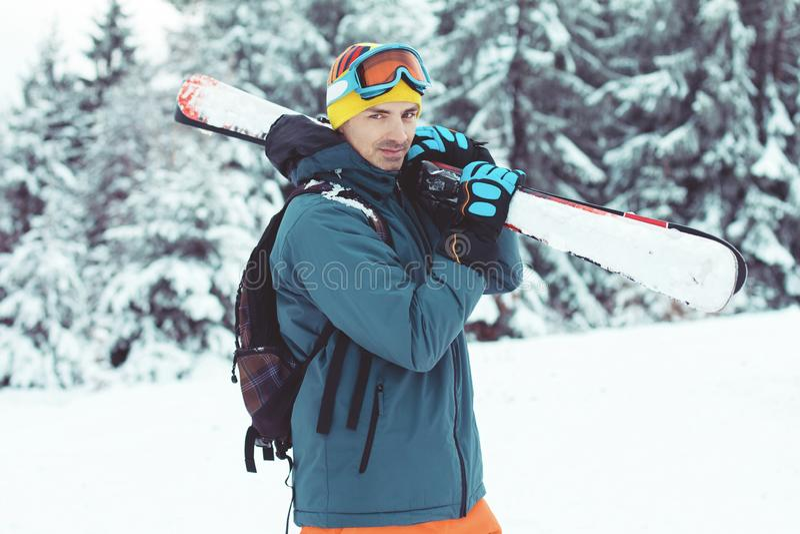 Esquiador del hombre joven que disfruta de invierno en montañas imagenes de archivo