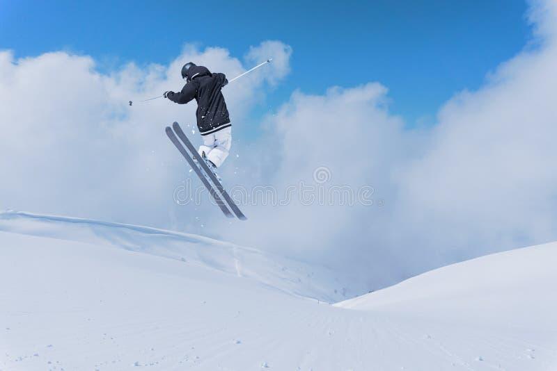 Esquiador do vôo em montanhas Esporte de inverno extremo fotografia de stock royalty free