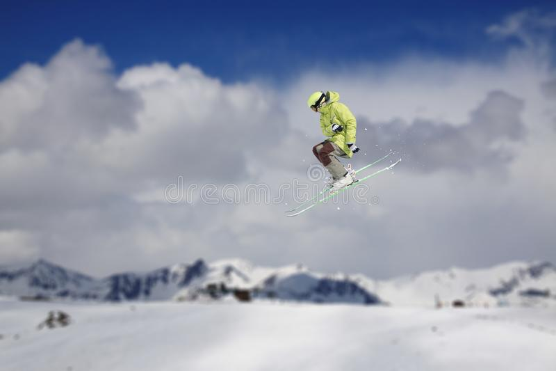 Esquiador do voo em montanhas nevado Esporte de inverno extremo, esqui alpino fotografia de stock