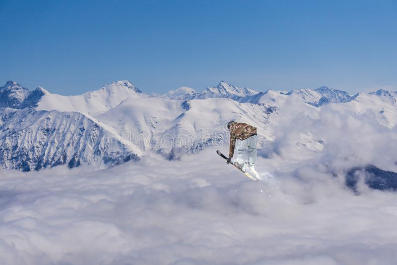 Esquiador do voo em montanhas nevado Esporte de inverno extremo, esqui alpino foto de stock