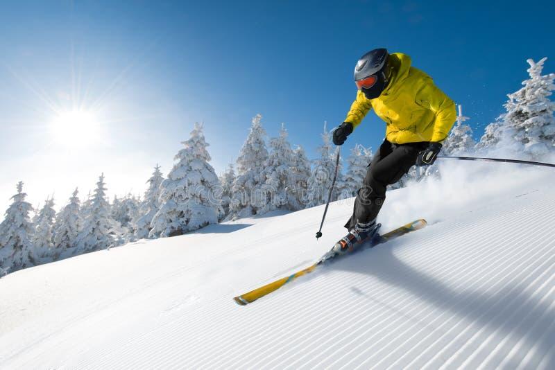 Esquiador en alta montaña imagen de archivo