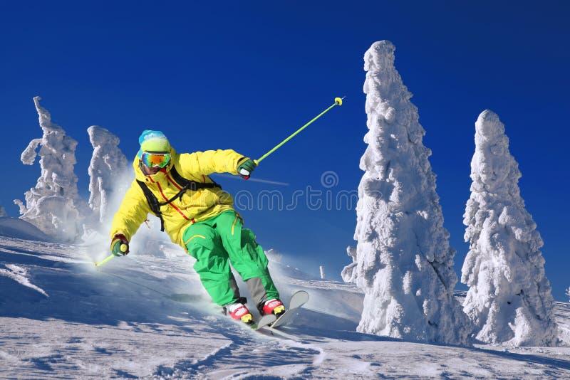 Esquiador en altas montañas imagenes de archivo