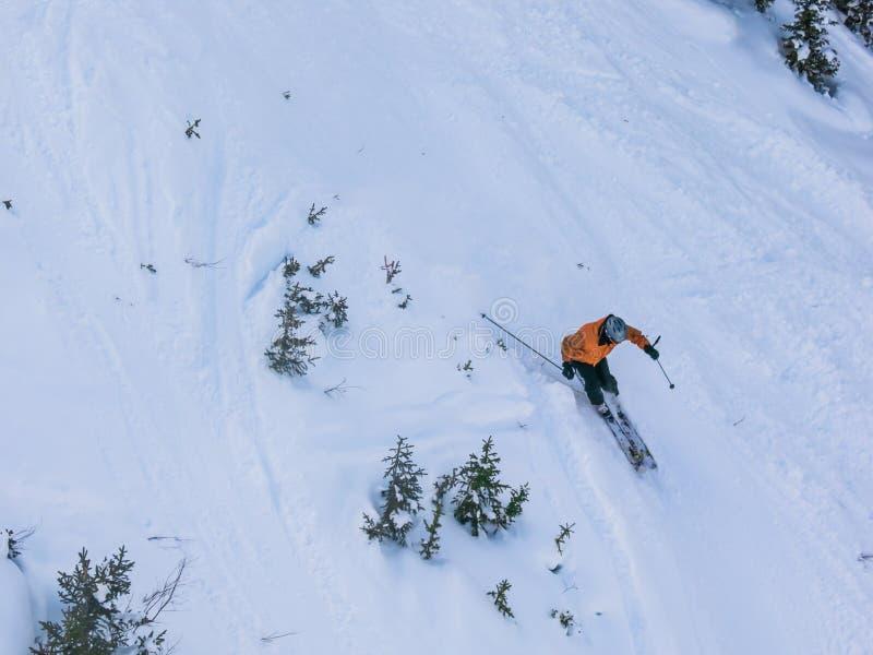 Esquiador en declive fotografía de archivo