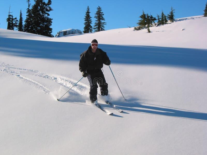 Esquiador en declive imagen de archivo libre de regalías