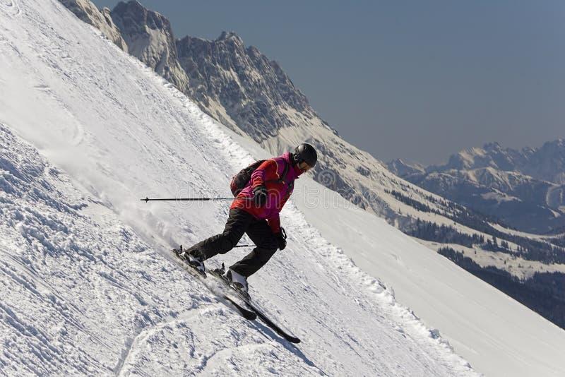 Esquiador en declive de los jóvenes imagen de archivo