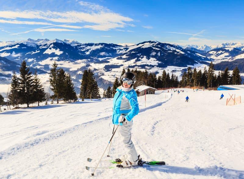 Esquiador en las cuestas de la estación de esquí Hopfgarten, el Tyrol foto de archivo