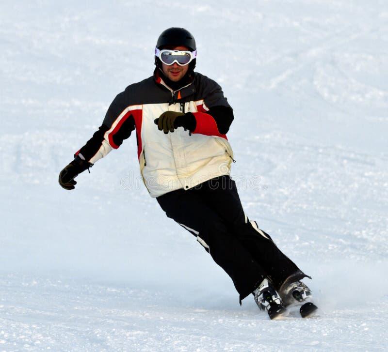 Esquiador en montañas fotografía de archivo