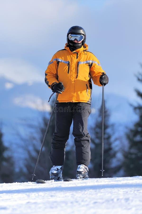 Esquiador en montañas imagen de archivo